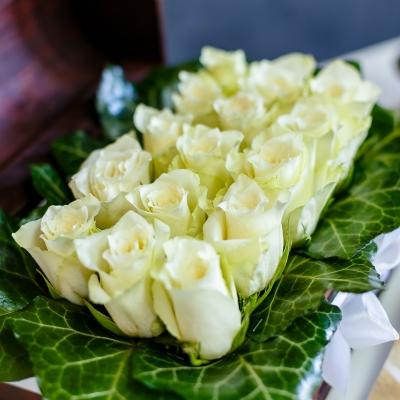 Ladiță Medie cu Trandafiri Albi