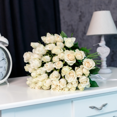 51 Trandafiri Albi