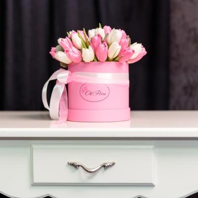 Cutie de Lux Mică cu Lalele Alb-Roz