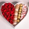 Inimă Mare cu Trandafiri și Dulciuri