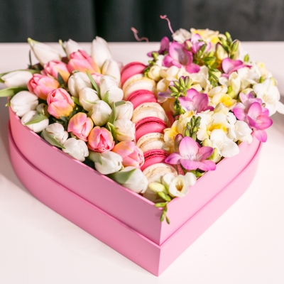 Inimă Mare cu Flori și Macarons