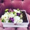Cutie cu flori și căpșuni glazurate