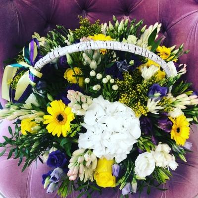 Flori alb-galben-violet în coș