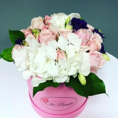 Cutie Medie cu Hortensie Albă și Trandafiri