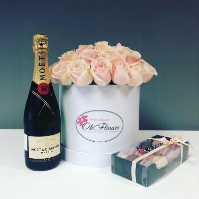 Set Cutie de Lux cu Trandafiri, Moet&Chandon, Macarons