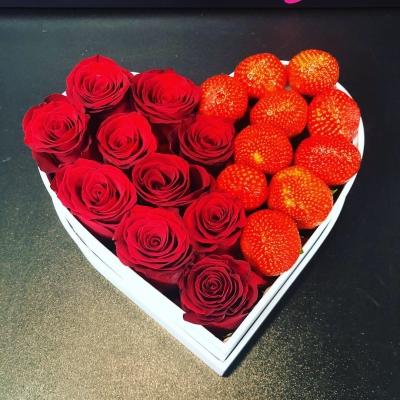 Inimă din trandafiri cu căpșune