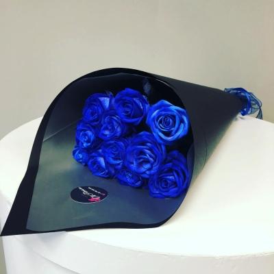 Trandafiri Albaștri în Hârtie Neagră