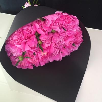 Buchet din Bujori Roz în Hârtie Neagră