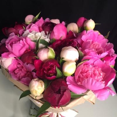 Buchet din Bujori Roz-Roz Pal în Hârtie Naturală