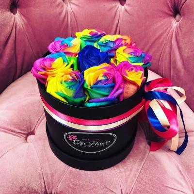 Cutie Neagră cu 9 Trandafiri Rainbow