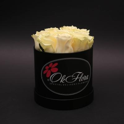 Cutie Mică Neagră cu Trandafiri Albi