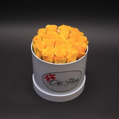 Cutie Medie Albă cu Trandafiri Galbeni