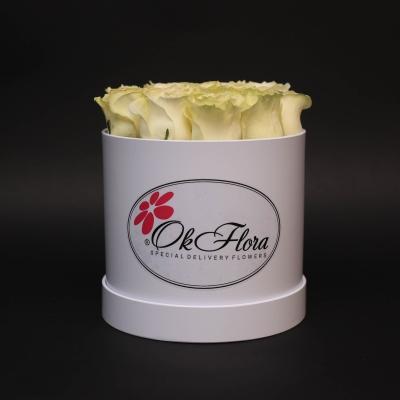 Cutie Mică Albă cu Trandafiri Albi