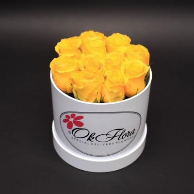 Cutie Mică Albă cu Trandafiri Galbeni