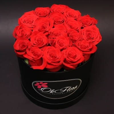Cutie Medie Neagră cu Trandafiri Roșii
