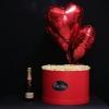 Set Cutie cu 51 Trandafiri Albi, 3 Inimi Roșii cu Heliu și Moet Chandon