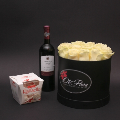 Set Cutie Medie cu Trandafiri Albi, Vin Prahova Valley și Raffaello