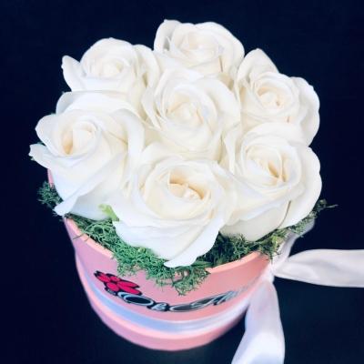Cutie cu 7 Trandafiri de Săpun Albi