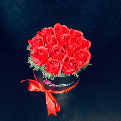 Cutie cu 13 Trandafiri de Săpun Roșii