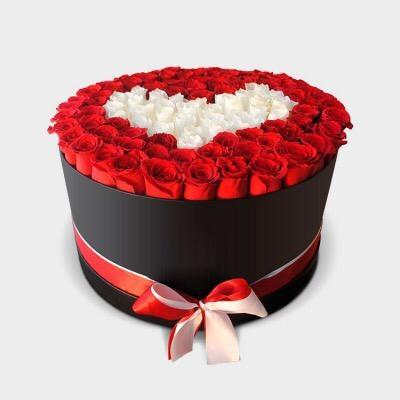 Cutie cu Trandafiri Roșii și Inimă din Trandafiri Albi