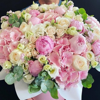 Cutie cu Hortensie, Bujori, Lisianthus si Trandafiri