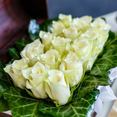 Lădiță Medie cu Trandafiri Albi