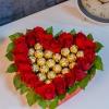 Inimă din trandafiri cu ferrero rocher