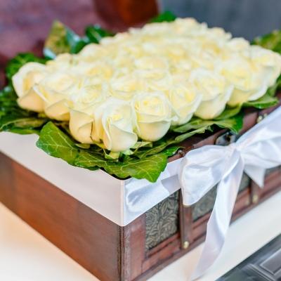 Lădiță mare cu 25 trandafiri albi