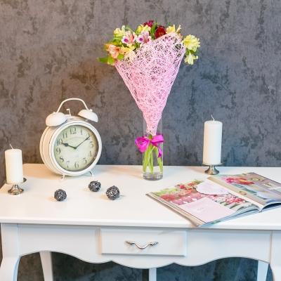 Buchet din 7 alstromerii în plasă roz