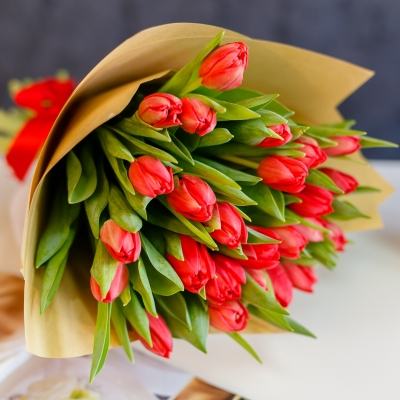 Buchet din 25 lalele rosii in hirtie naturala