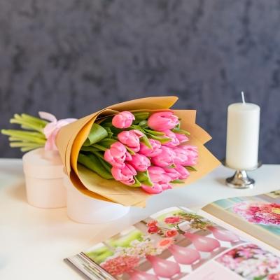 Buchet din 15 Lalele Roz în Hârtie Naturala