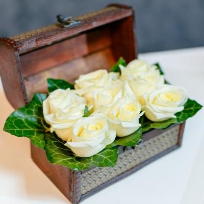 Mini Lădiță cu Trandafiri Albi