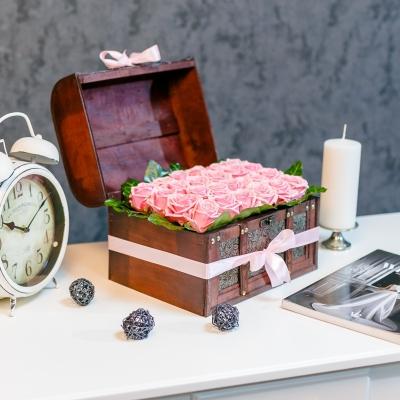 Lădiță mare cu 25 trandafiri roz