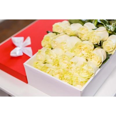 Trandafiri Albi în Cutie (25 buc)